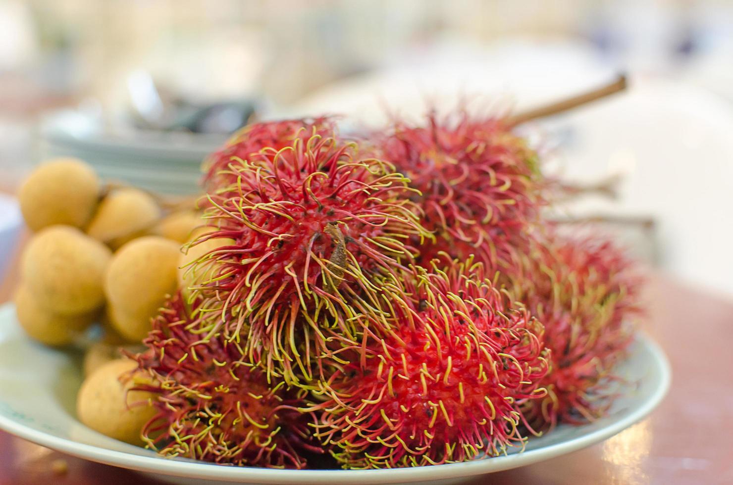 rambutan frukt på en tallrik foto