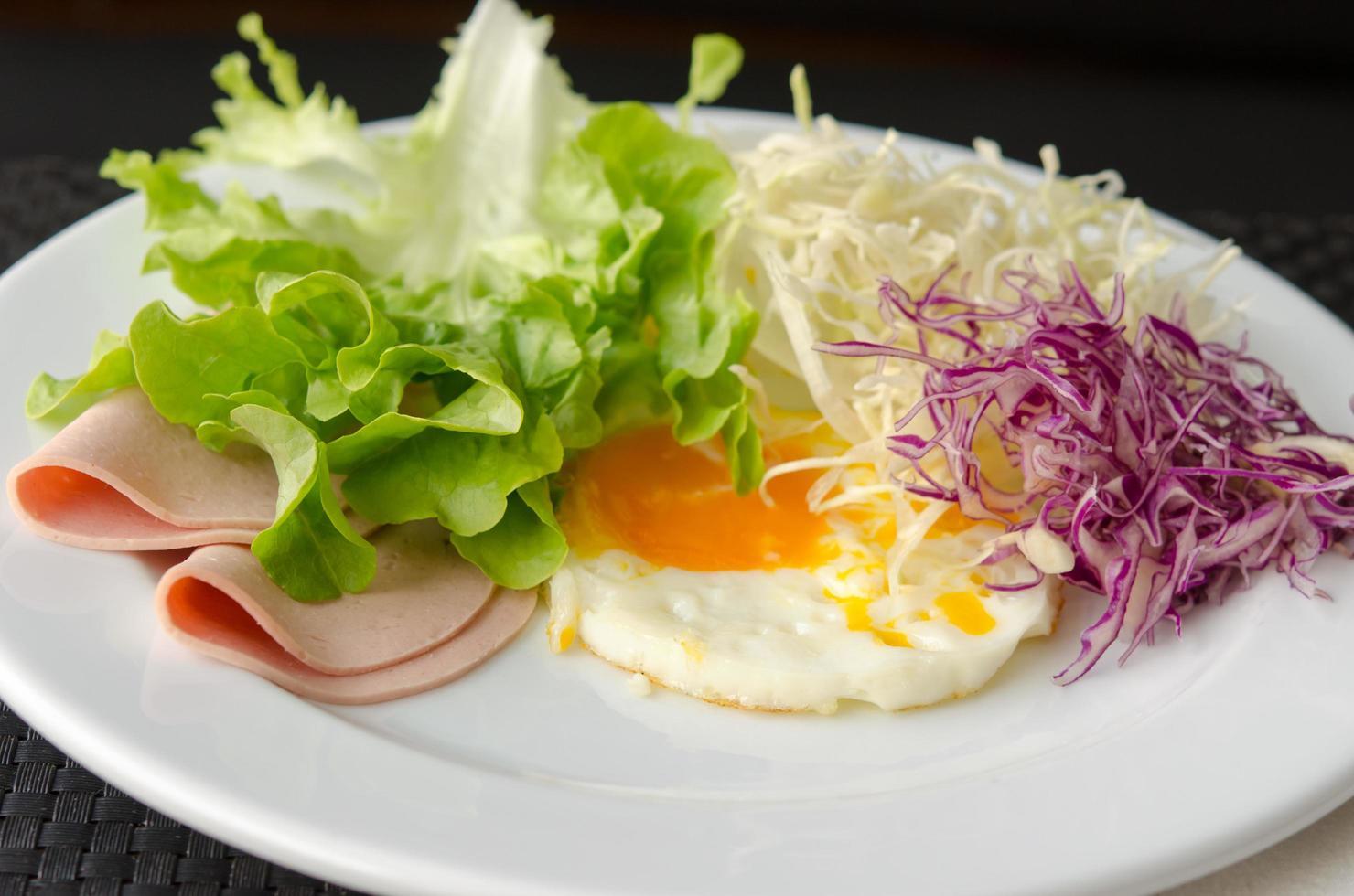 äggfrukost på en tallrik foto