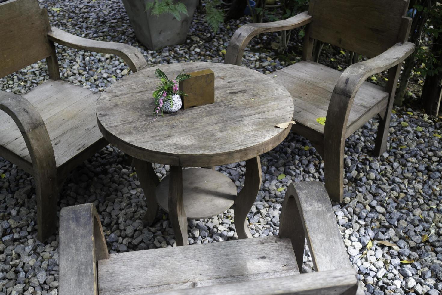 träbord i en trädgård foto
