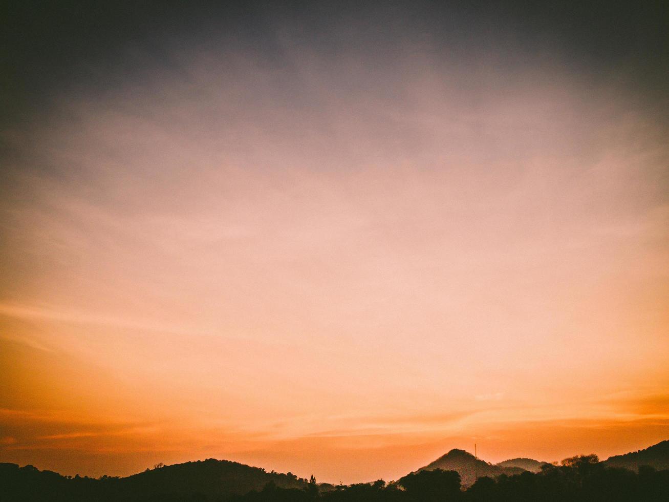 solnedgång himmel och berg foto