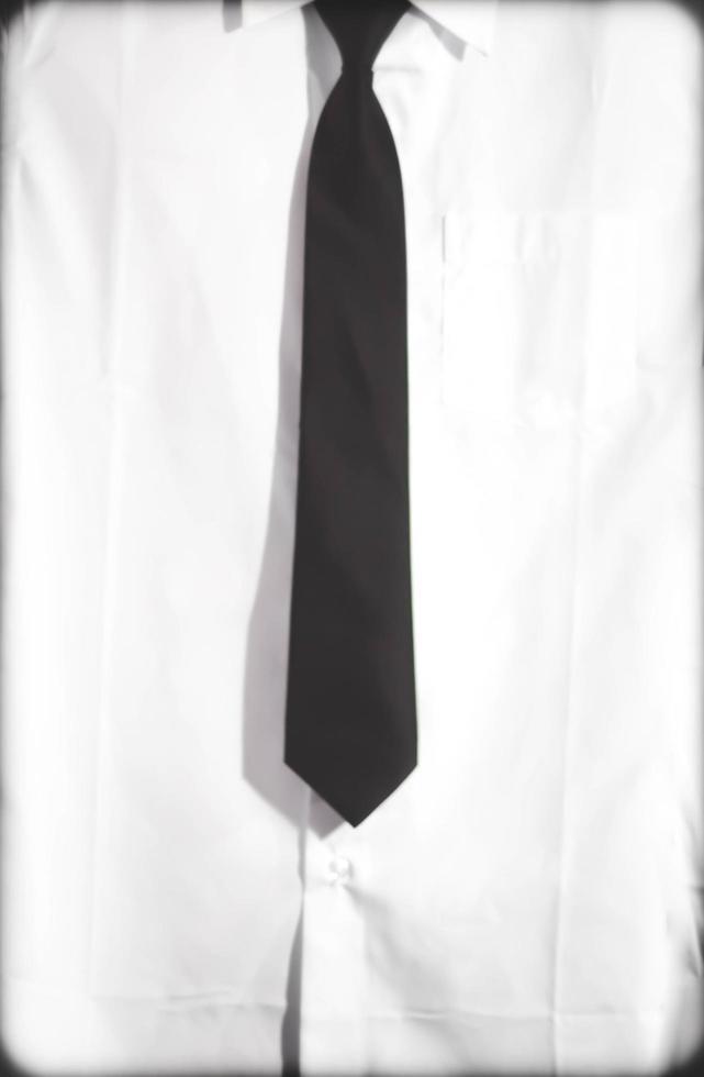 Slim fit rik bomull vit skjorta och svart slips foto