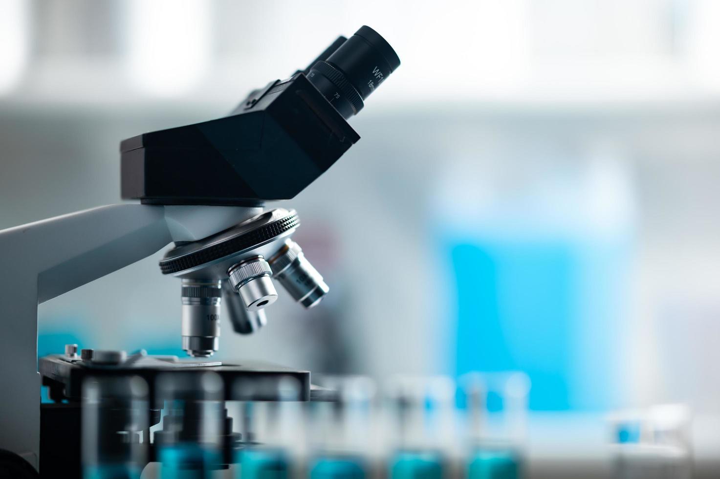 mikroskop i ett laboratorium foto