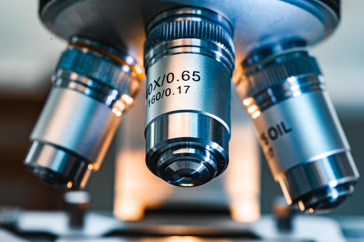 närbild av mikroskoplinser foto