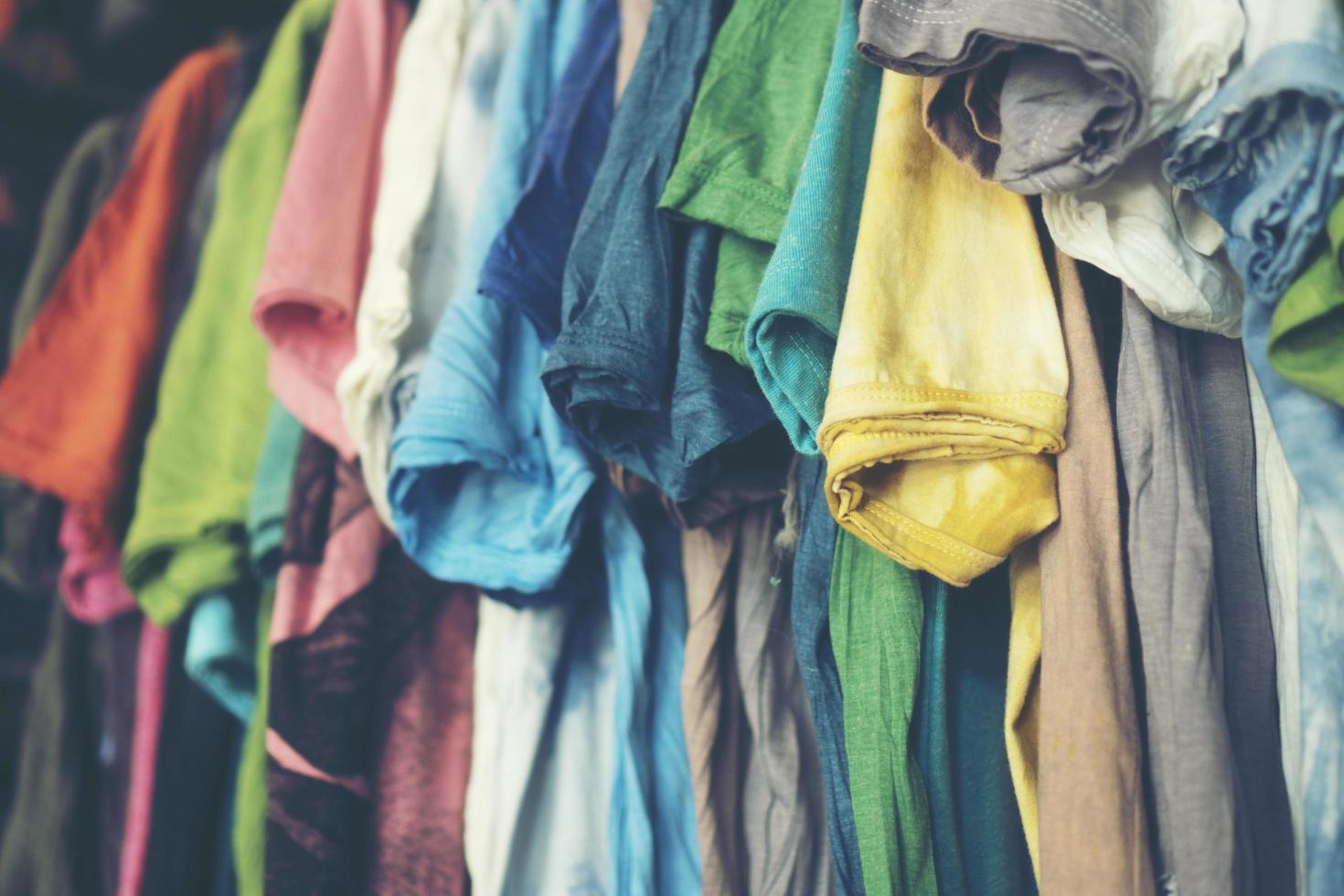 färgglada t-tröjor som hänger upp foto