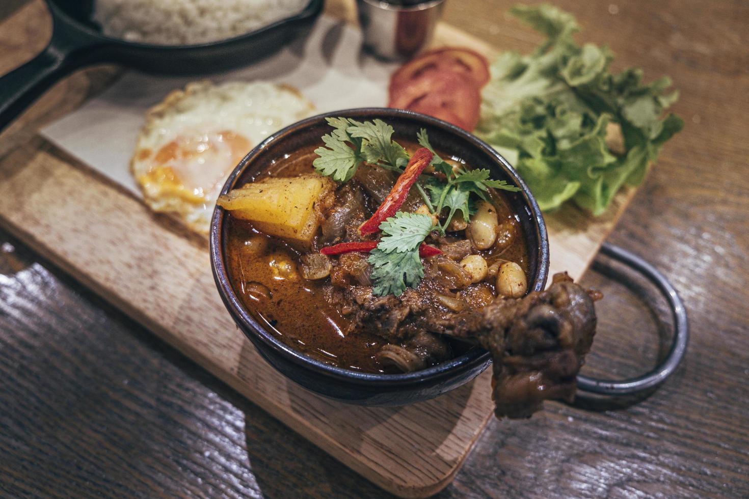 thai indisk maträtt massaman curry med kyckling och potatis foto