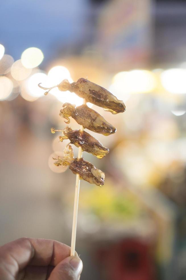grillad bläckfisk på en pinne foto