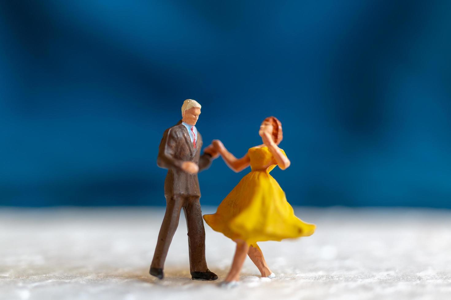 miniatyrpar som dansar på ett golv, alla hjärtans dagskoncept foto