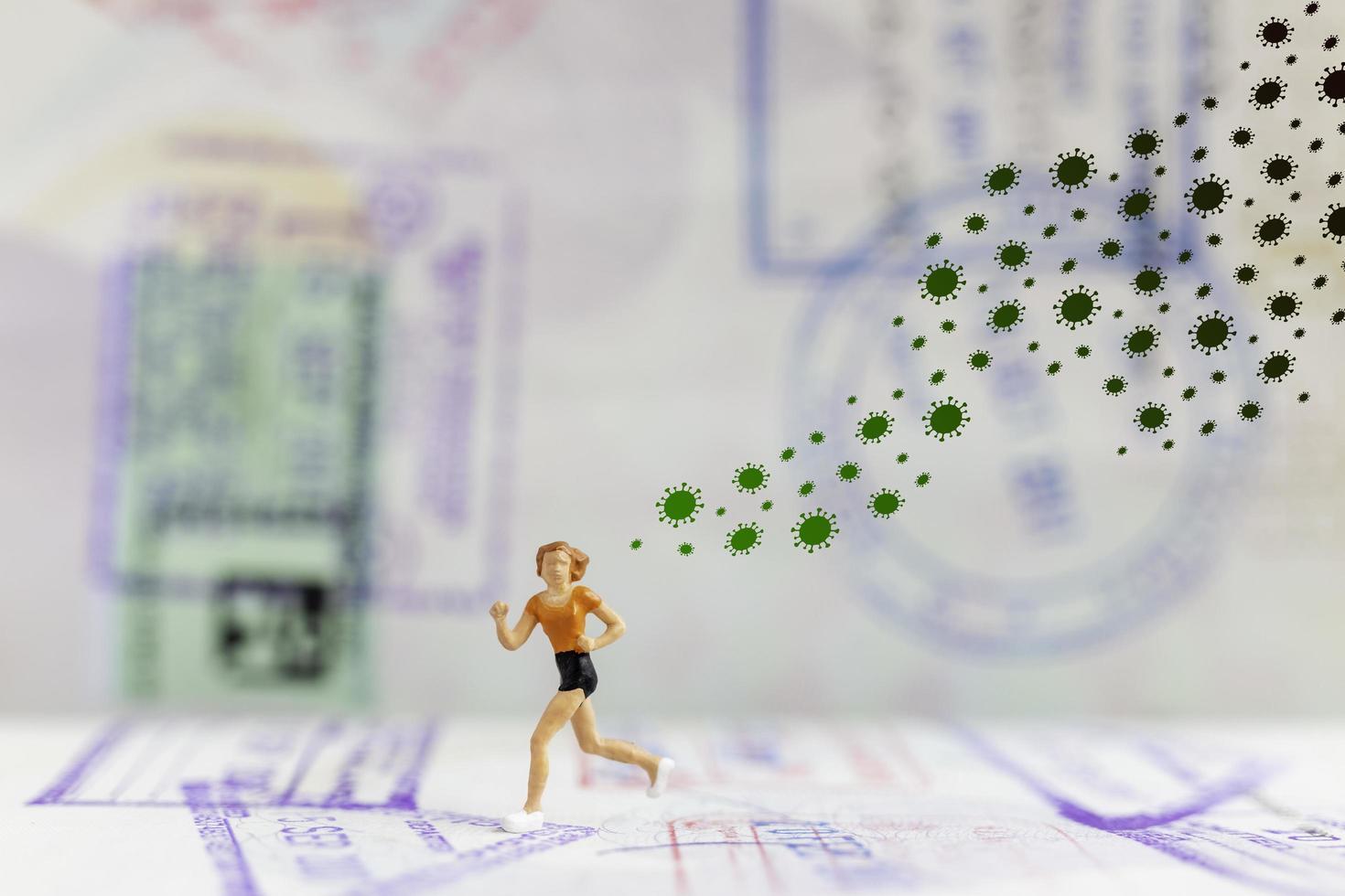 miniatyr människor springer bort från coronavirus 2019-ncov influensainfektion, hälsokris koncept foto