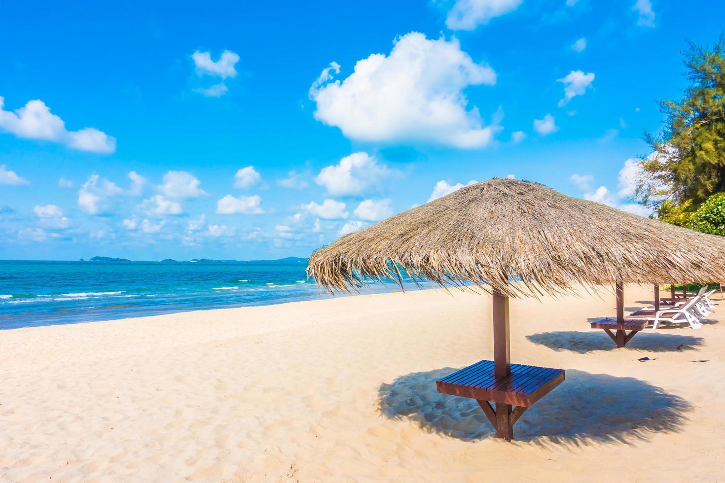 paraply på den tropiska stranden foto