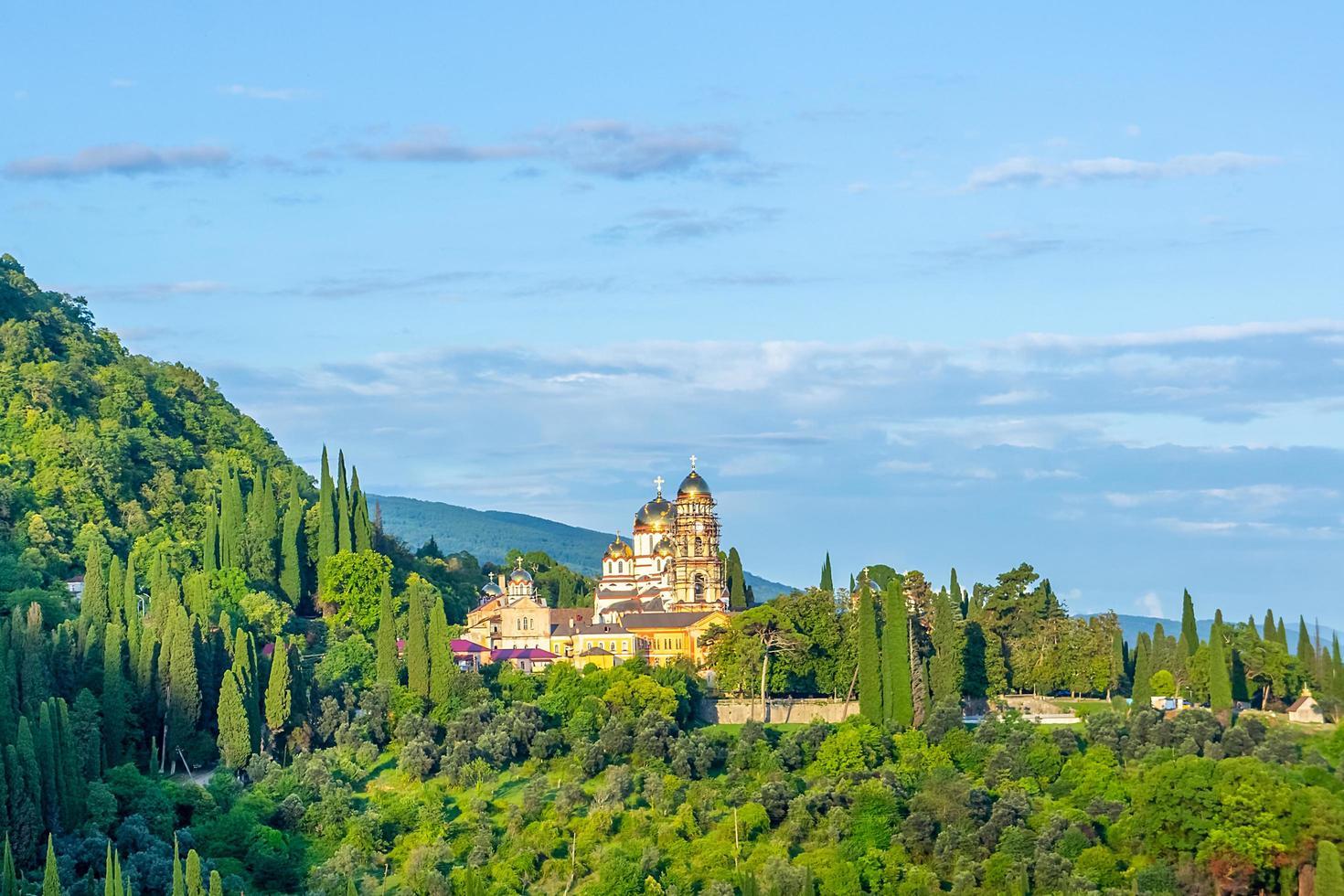 landskap med utsikt över det nya Athos-klostret med molnig blå himmel i Abchazien, Georgien foto