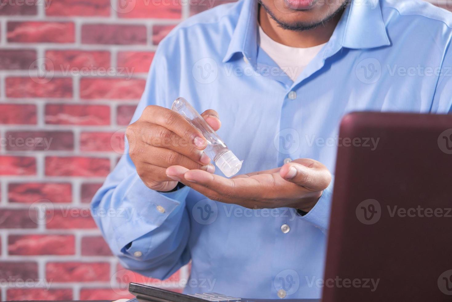 affärsman som använder desinfektionsgel foto