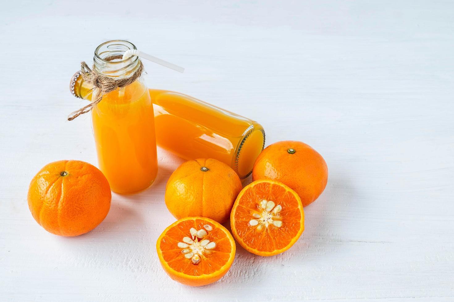 färska flaskor citrusjuice foto
