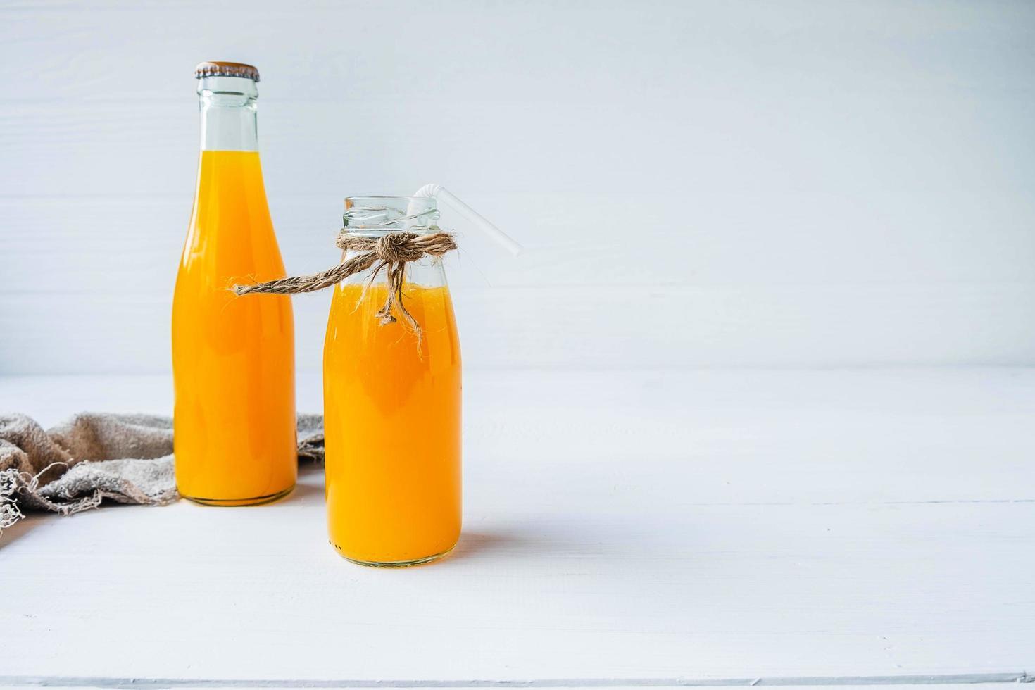 flaskor apelsinjuice foto