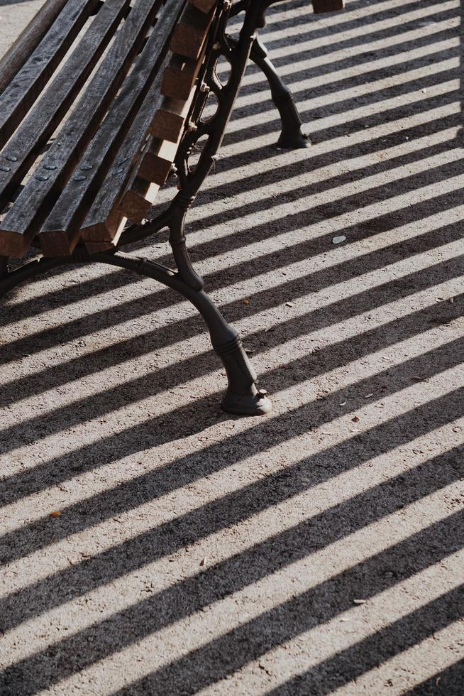 träbänk på gatan i en stad foto