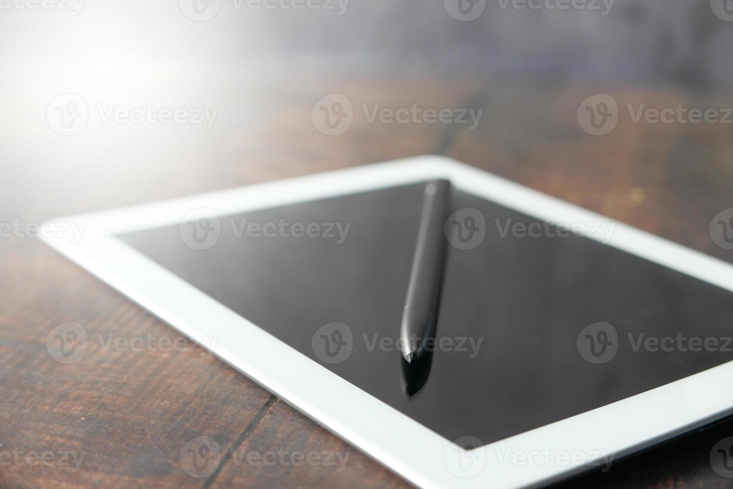 digital surfplatta med grafikpenna på bordet foto