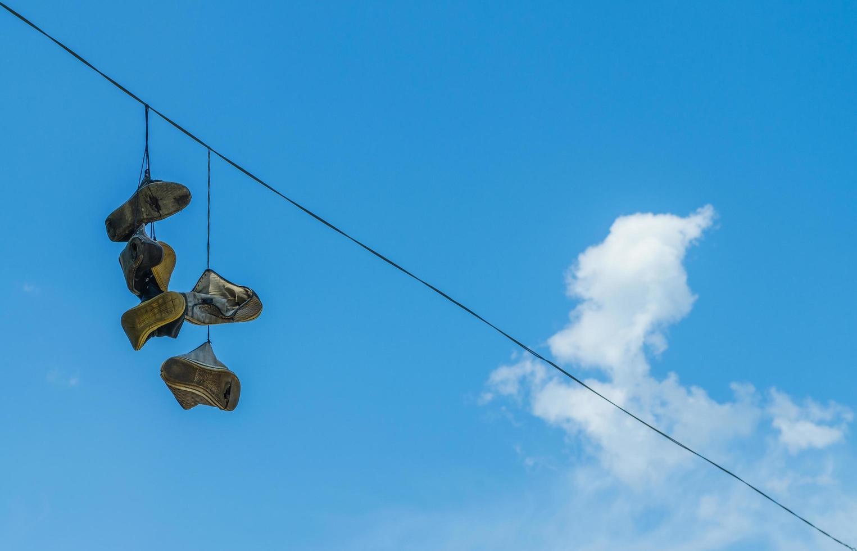 skor på kraftledningen foto