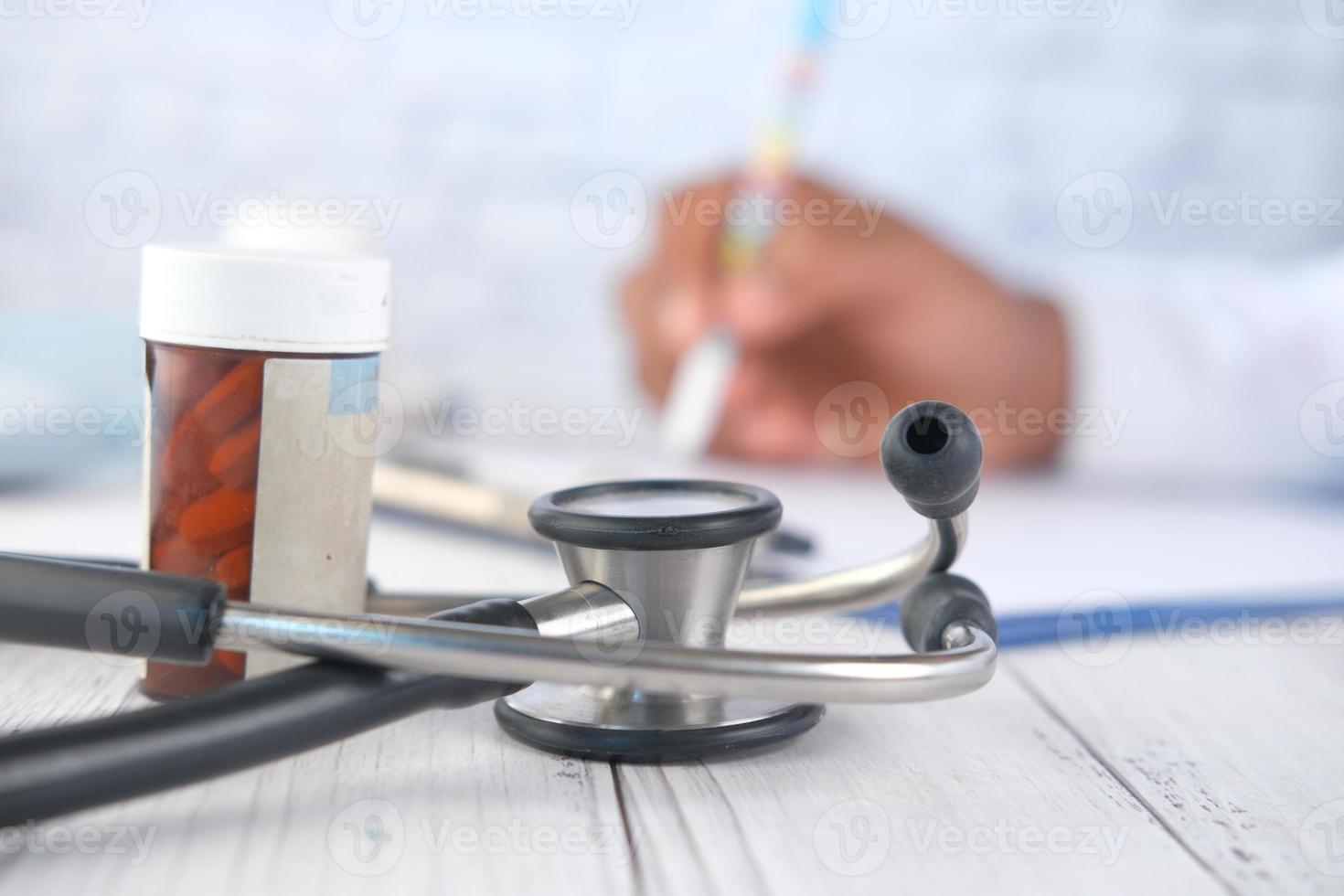 närbild av stetoskop och pillerflaska foto