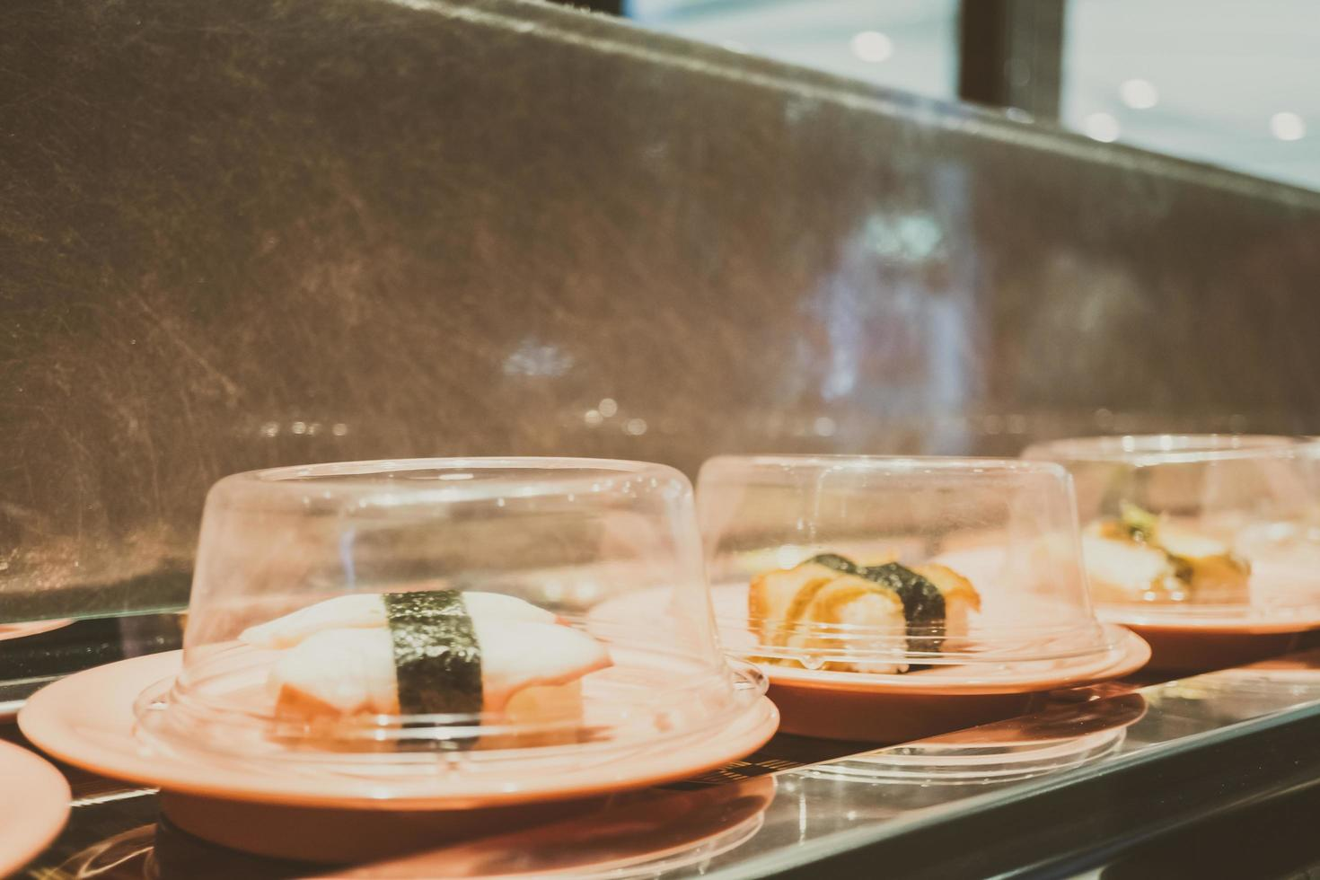 sushifack på transportbandet foto