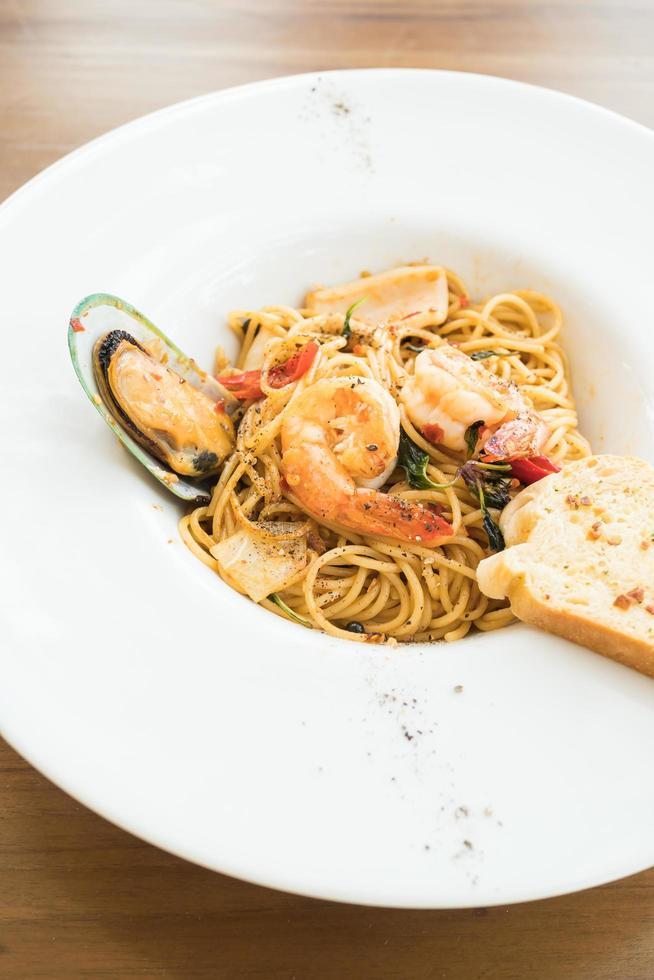 spaghetti skaldjur i vit platta foto