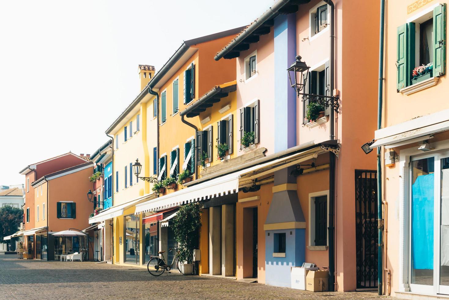 caorle, italien 2017 - turistdistrikt i den gamla provinsstaden caorle i italien foto
