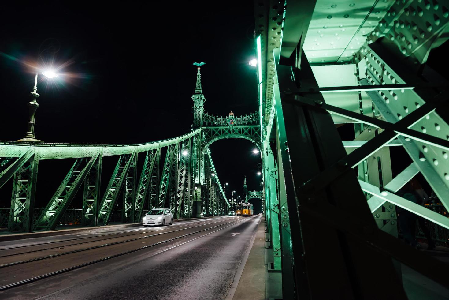gammal järnbro över Donaufloden i Budapest foto