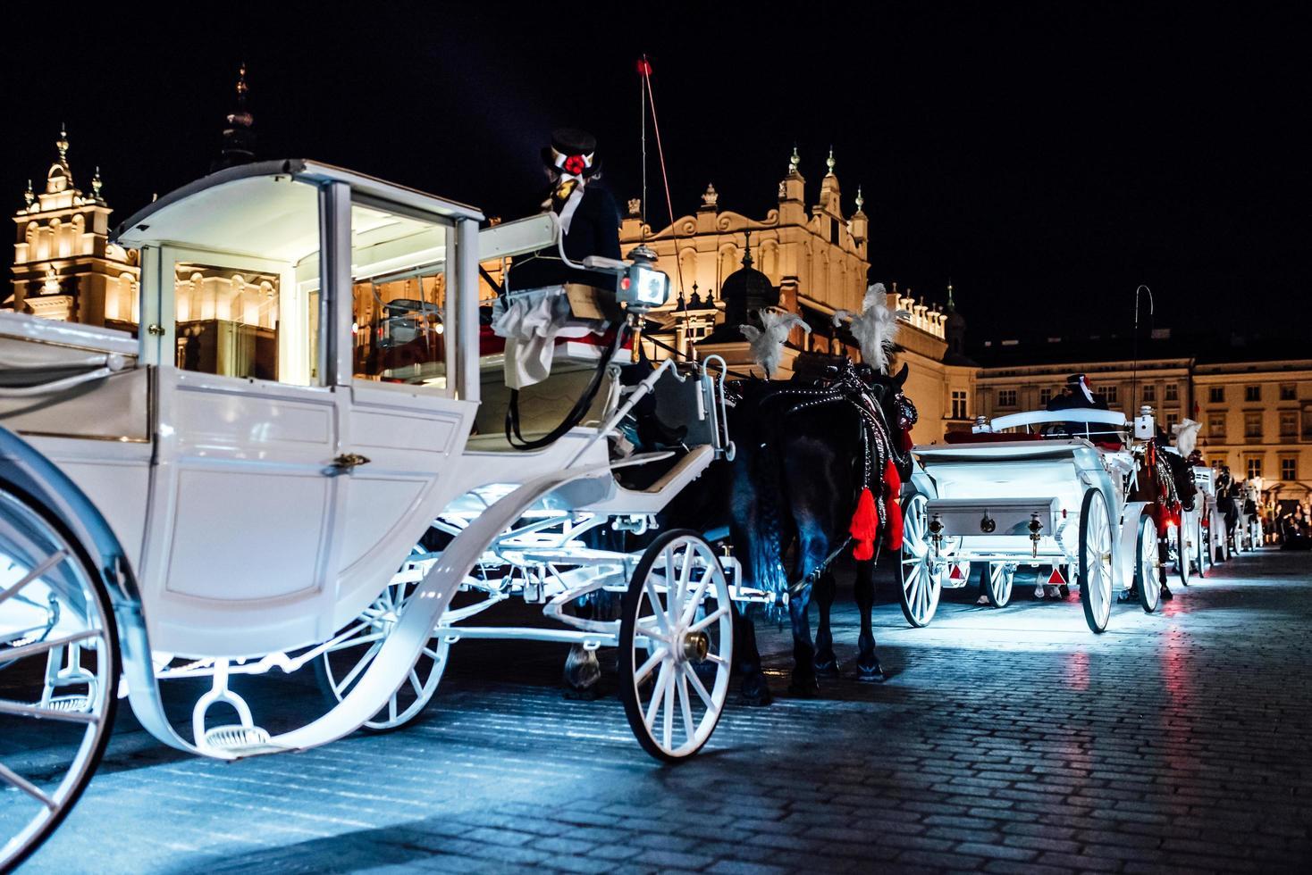 krakow, polen 2017 - nattens gamla torg i krakow med hästvagnar foto