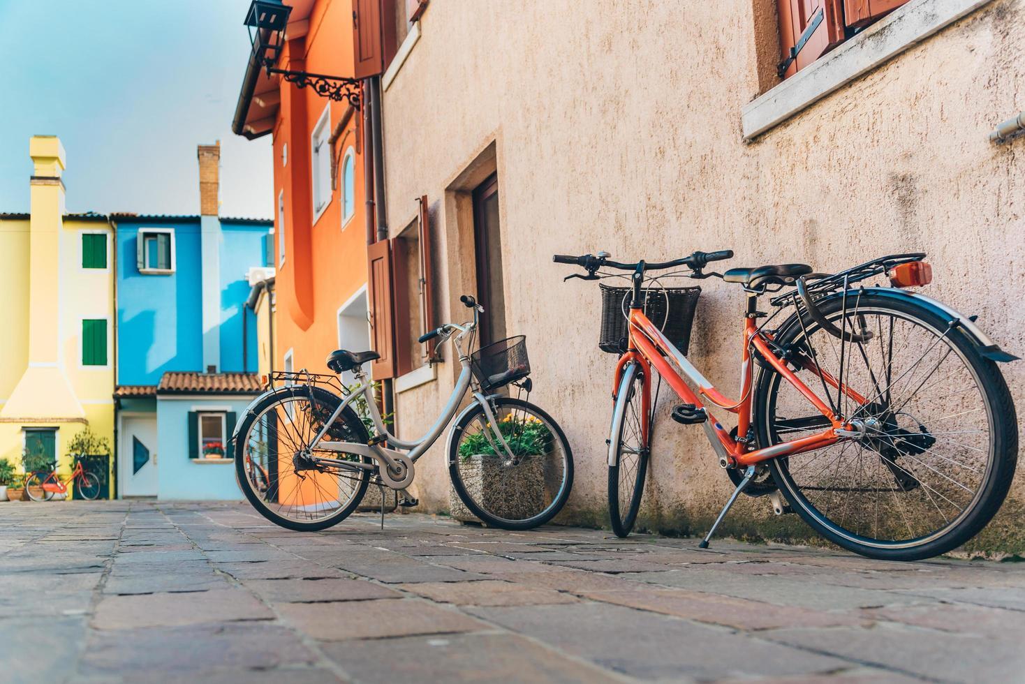 cyklar i turistområdet i den gamla provinsstaden i caorle i Italien foto
