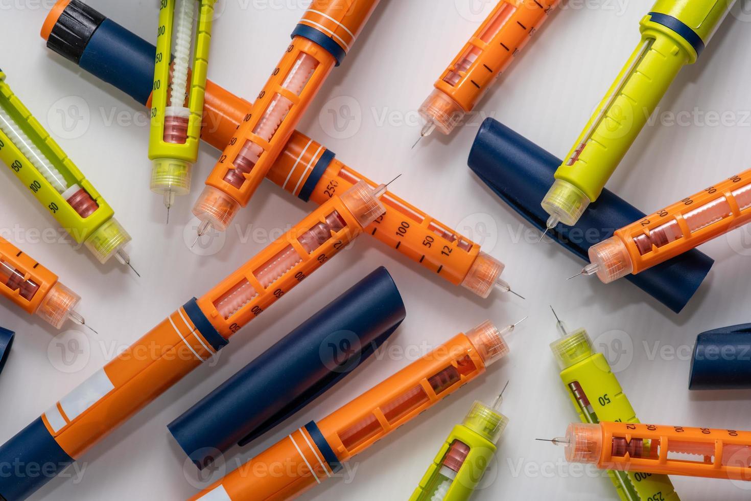 bunt med använda insulininjektorer eller sprutor av penntyp foto