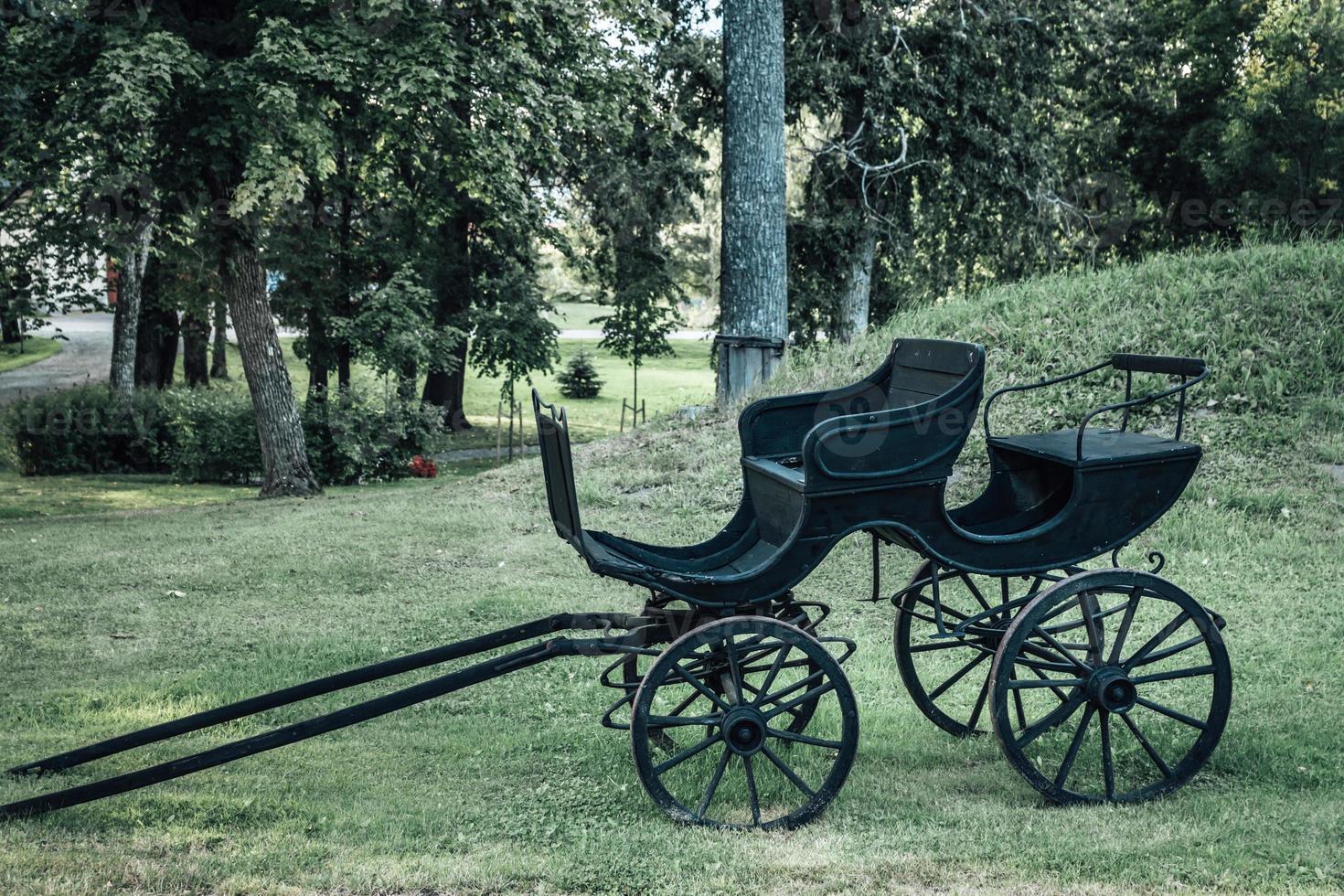 antik svart scenbuss eller hästvagn med trähjul foto