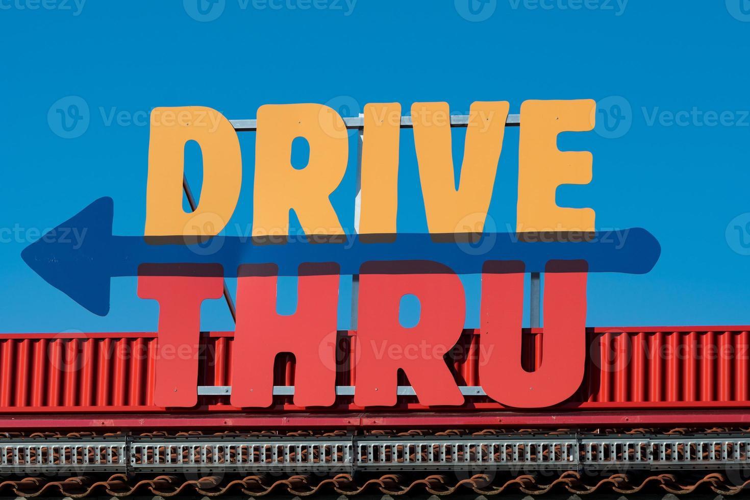 färgglada kör igenom tecken på ett tak foto