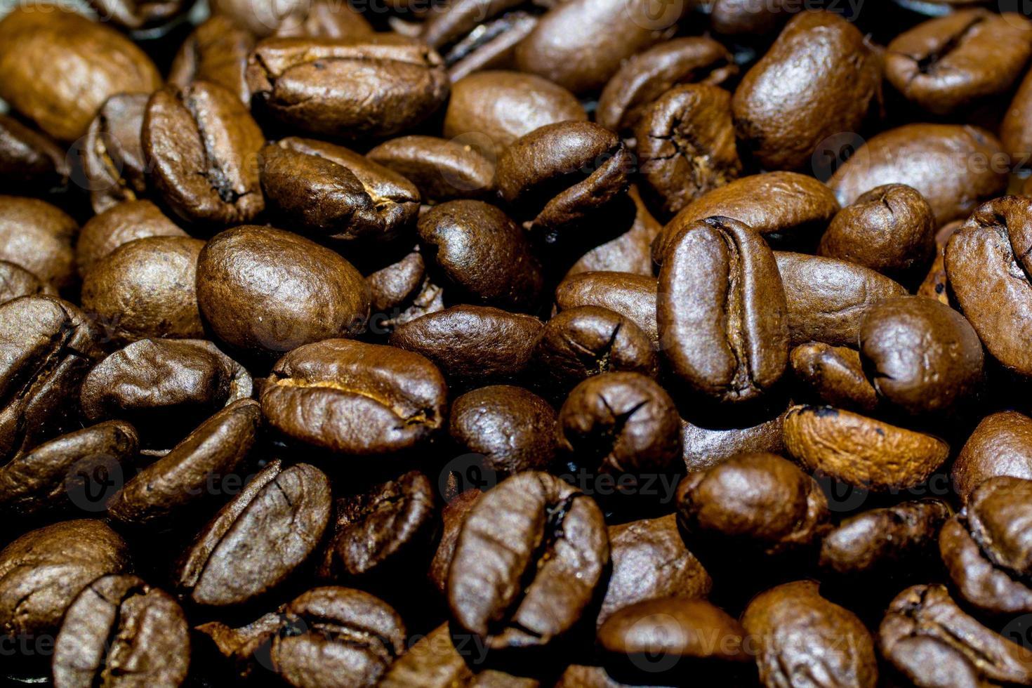 närbild av en bunt med mörka rostade kaffebönor foto