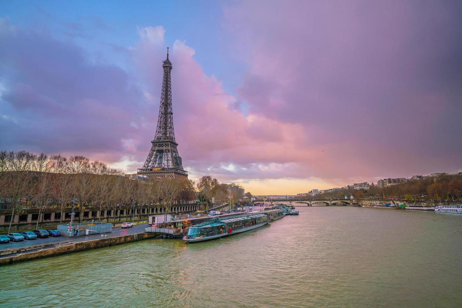 Eiffeltornet och floden not vid skymningen i Paris foto
