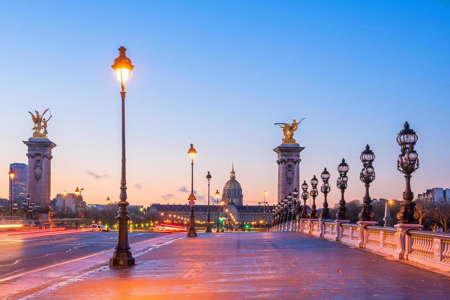 Alexander III Bridge över Seine River i Paris foto