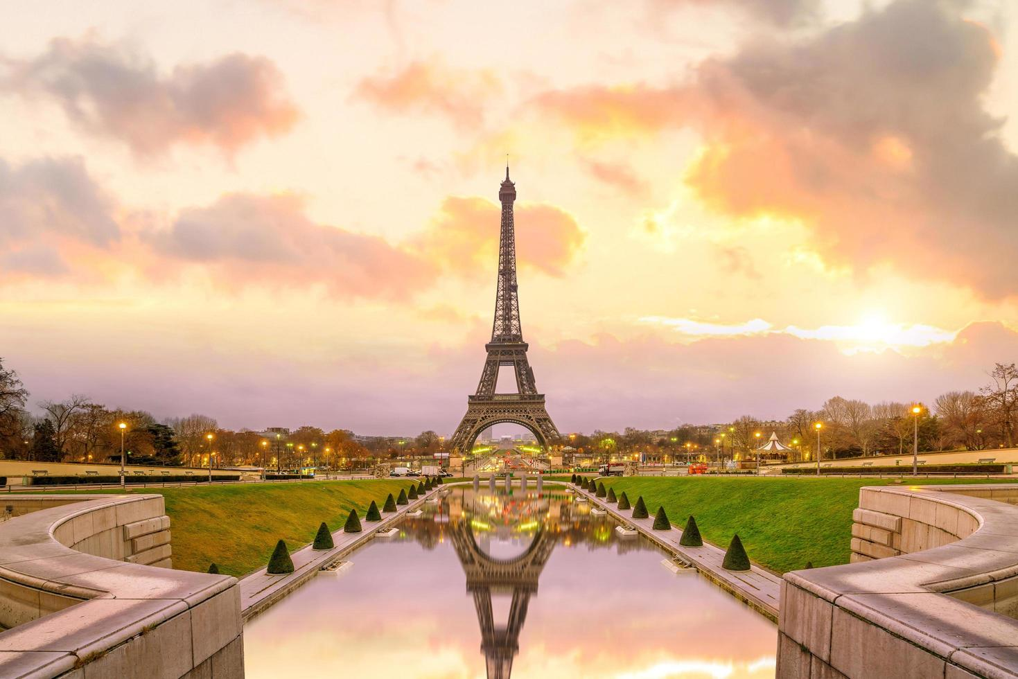 Eiffeltorn vid soluppgång från trocadero fontäner i paris foto