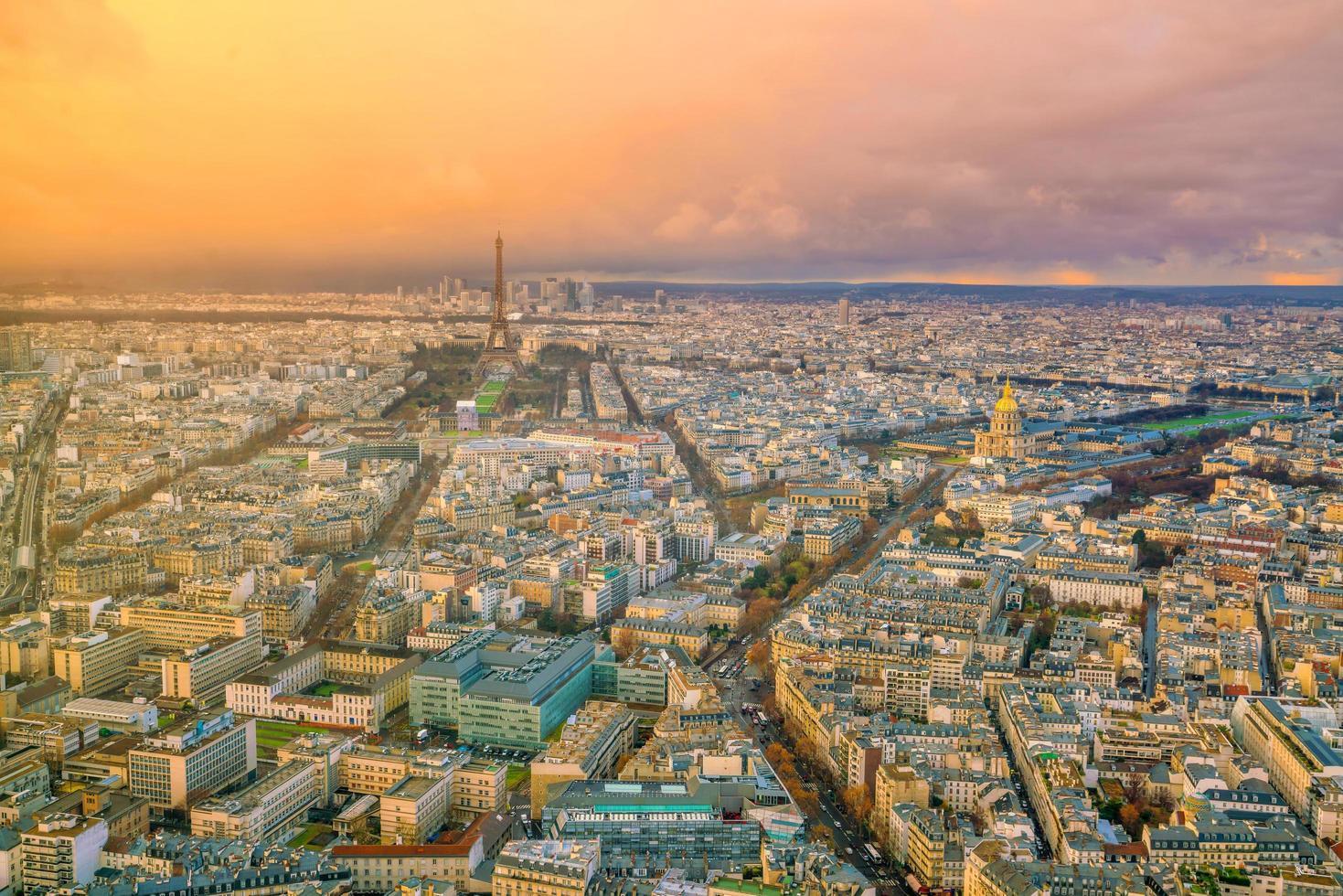 skyline av paris med Eiffeltornet vid solnedgången i Frankrike foto