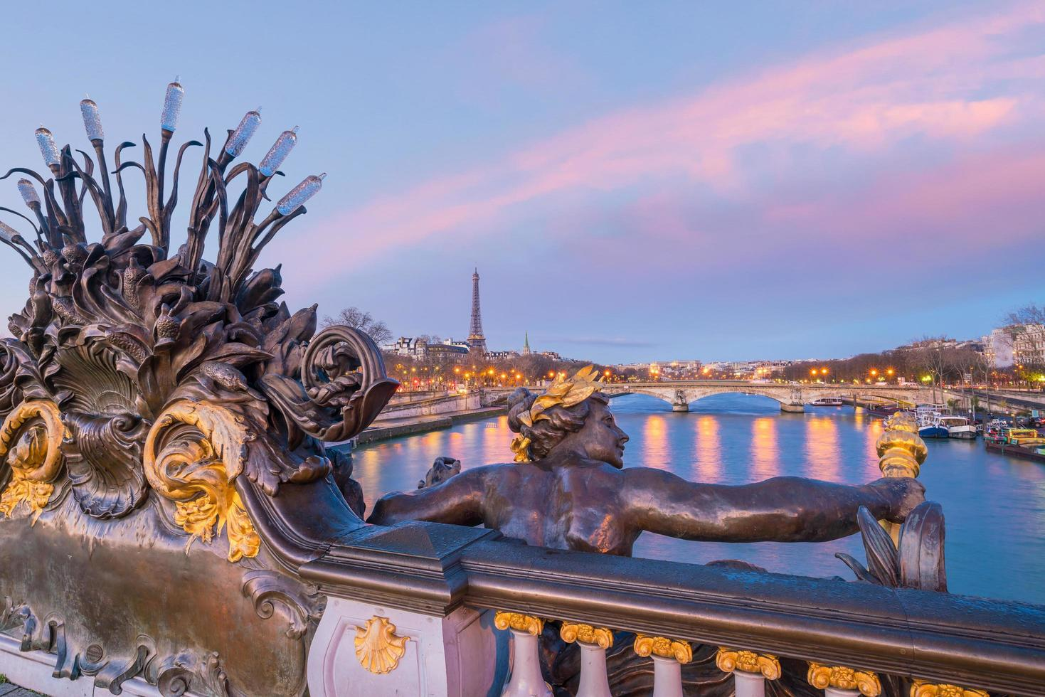 Alexander III-bron över Seine River i Paris, Frankrike foto