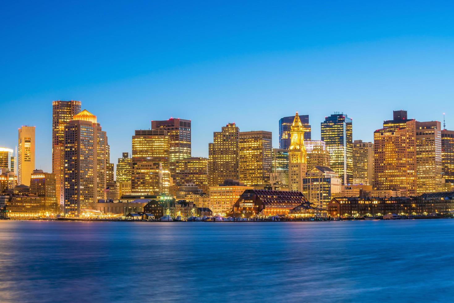 panoramautsikt över boston skyline med skyskrapor i skymningen i USA foto