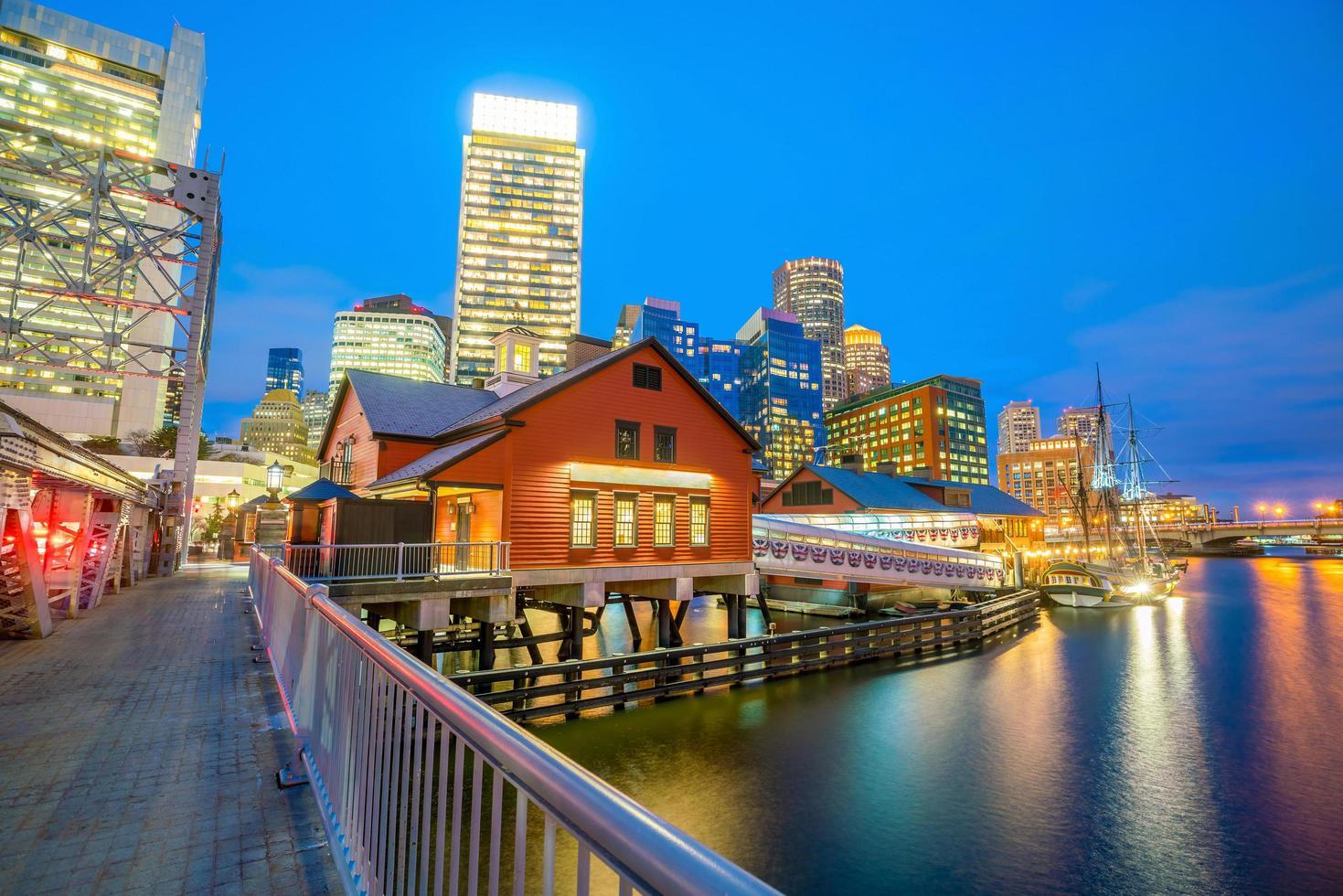 boston harbour skyline i skymningen, massachusetts foto
