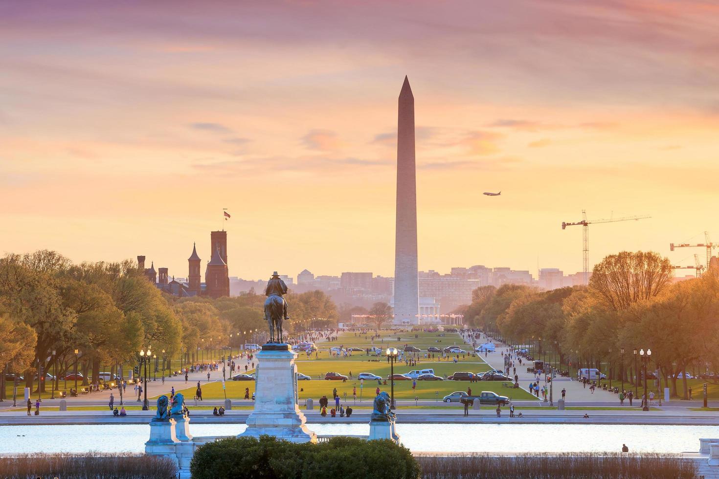 Washington DC stadsutsikt vid en orange solnedgång, inklusive Washington foto