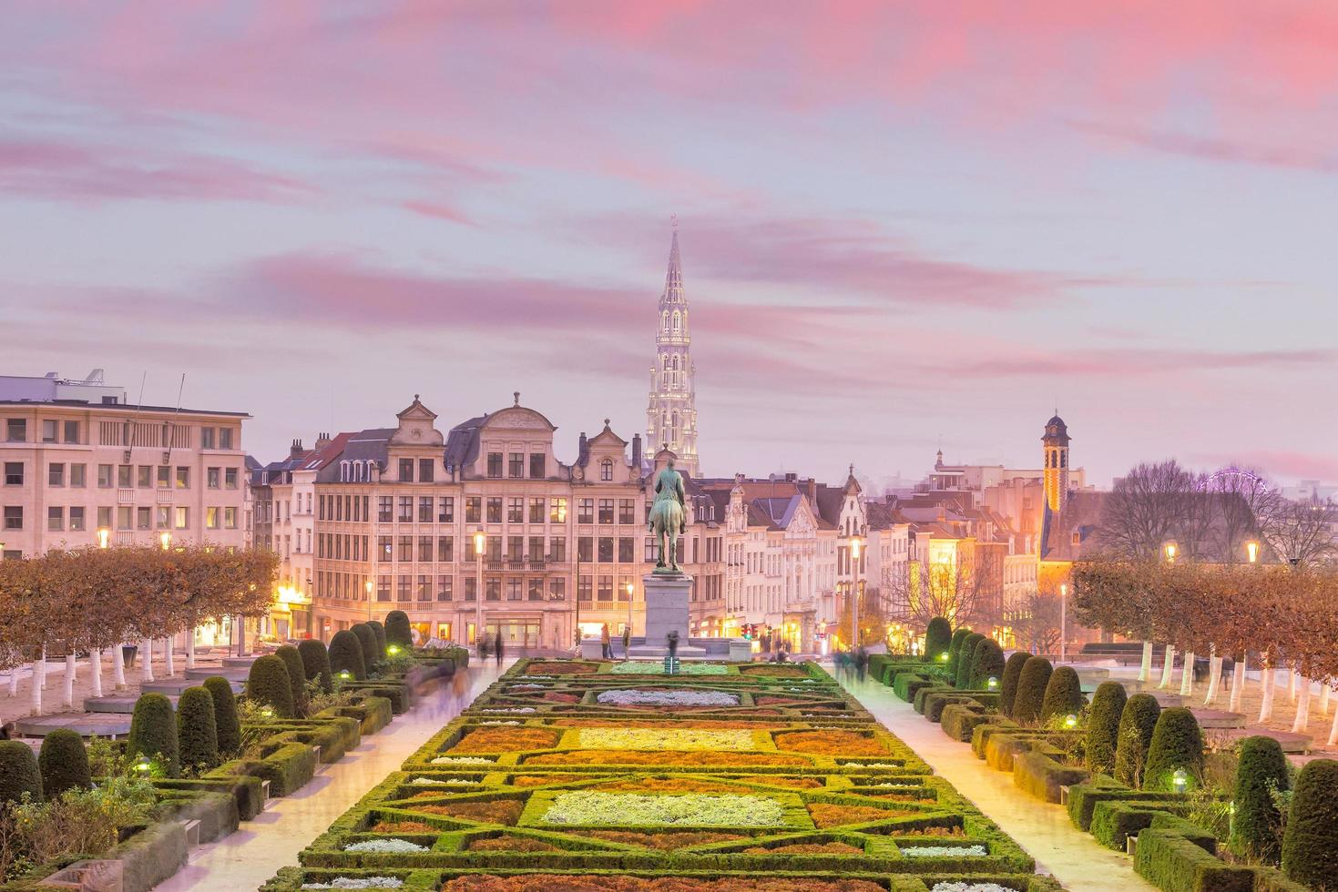 Bryssels stadsbild från monts des arts i skymningen foto