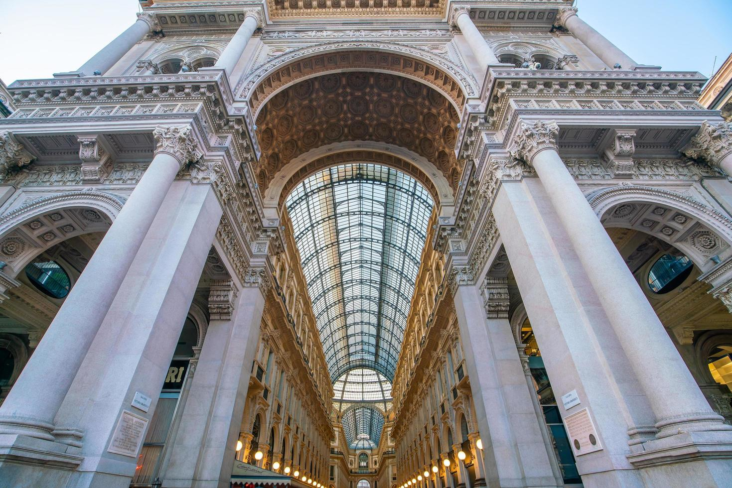 galleria vittorio emanuele ii är ett av de mest populära shoppingområdena i Milano foto