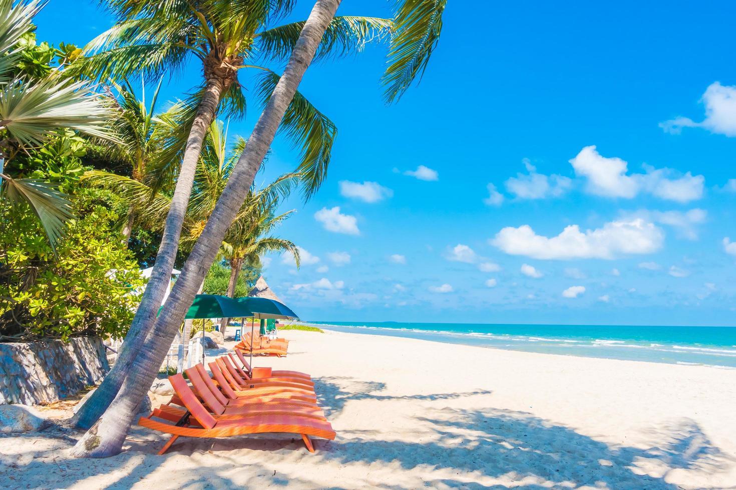 paraply och stol på stranden foto