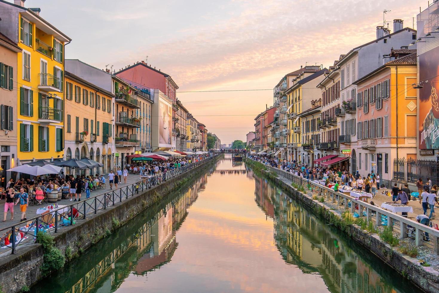 utsikt över det trånga distriktet Naviglio Grande i Milano foto