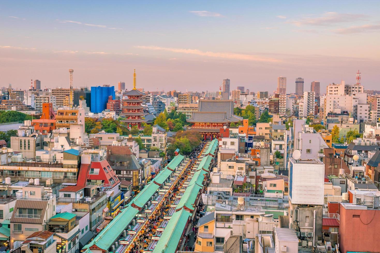 ovanifrån av asakusa-området i tokyo japan foto