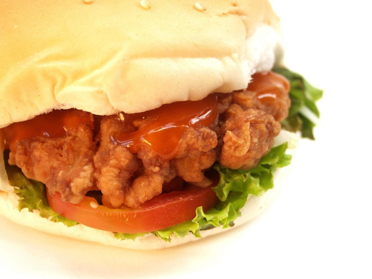 närbild av en stekt kycklingburger foto