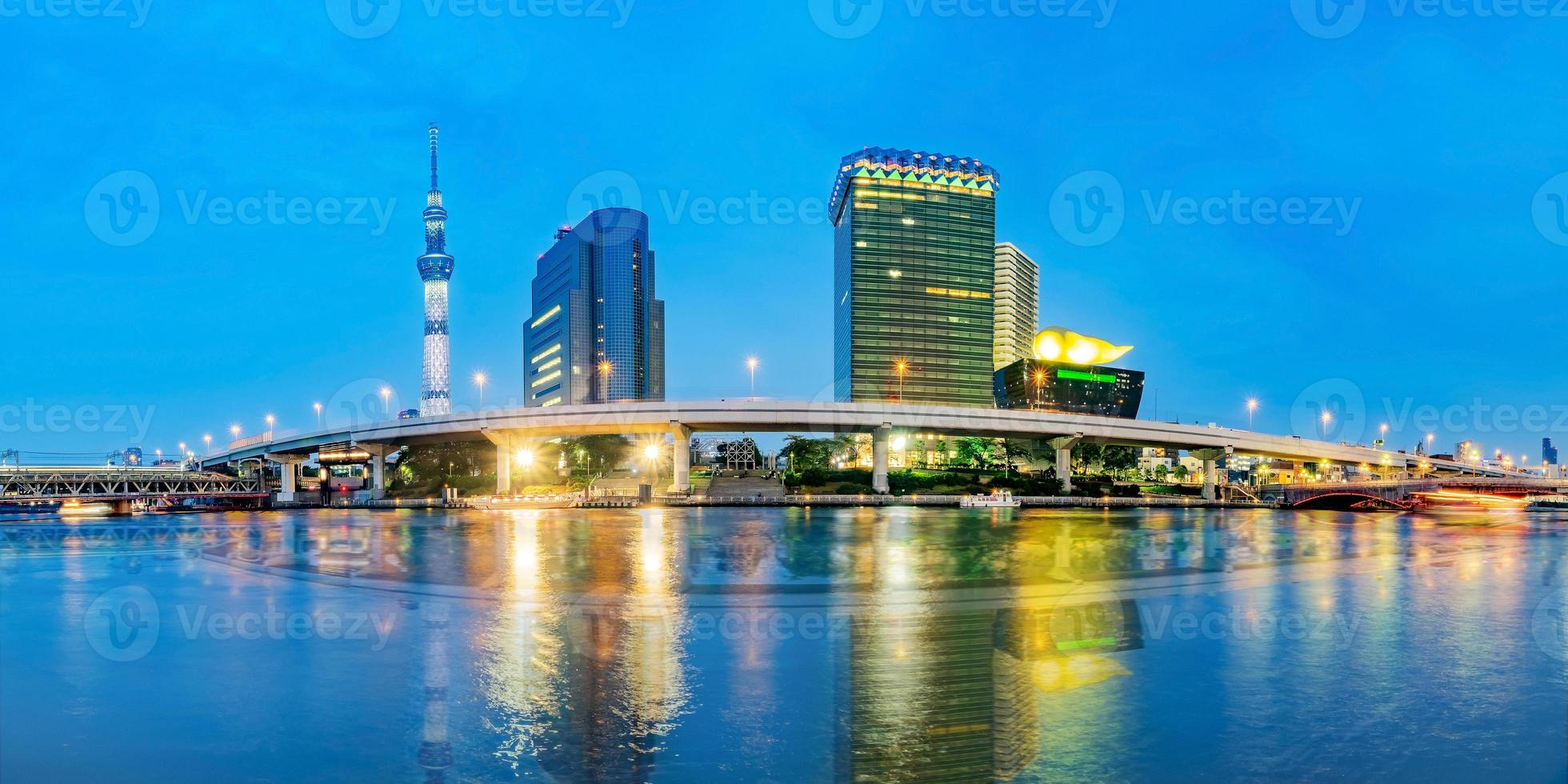 stadsbilden av tokyo vid sumida floden i tokyo, japan foto