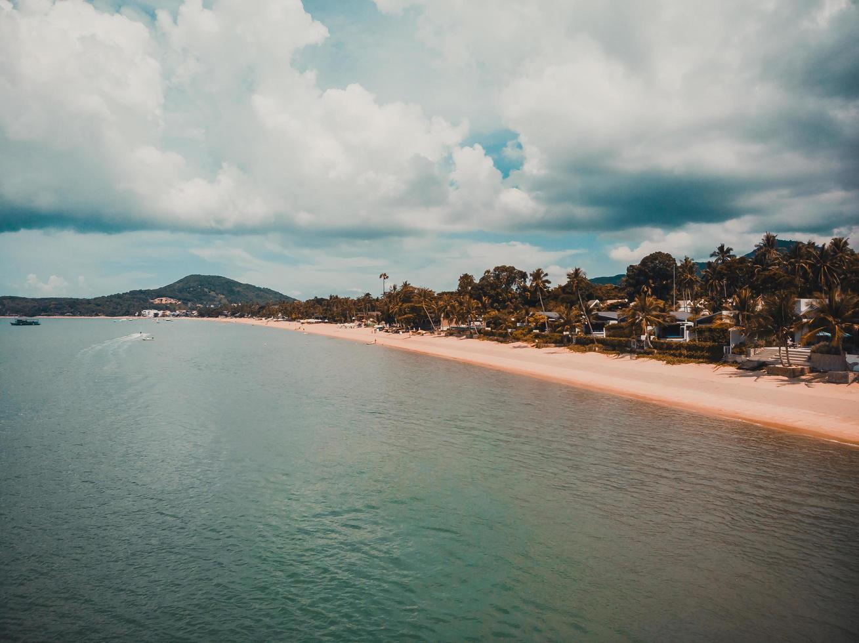Flygfoto över en tropisk strand i Koh Samui Island, Thailand foto