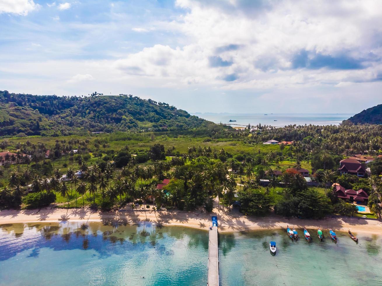 Flygfoto över en tropisk strand på Koh Samui Island, Thailand foto