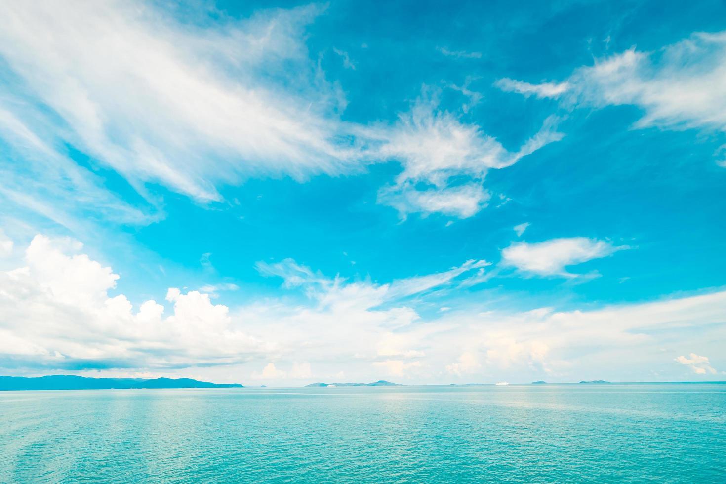 vackert vitt moln på blå himmel över havet foto