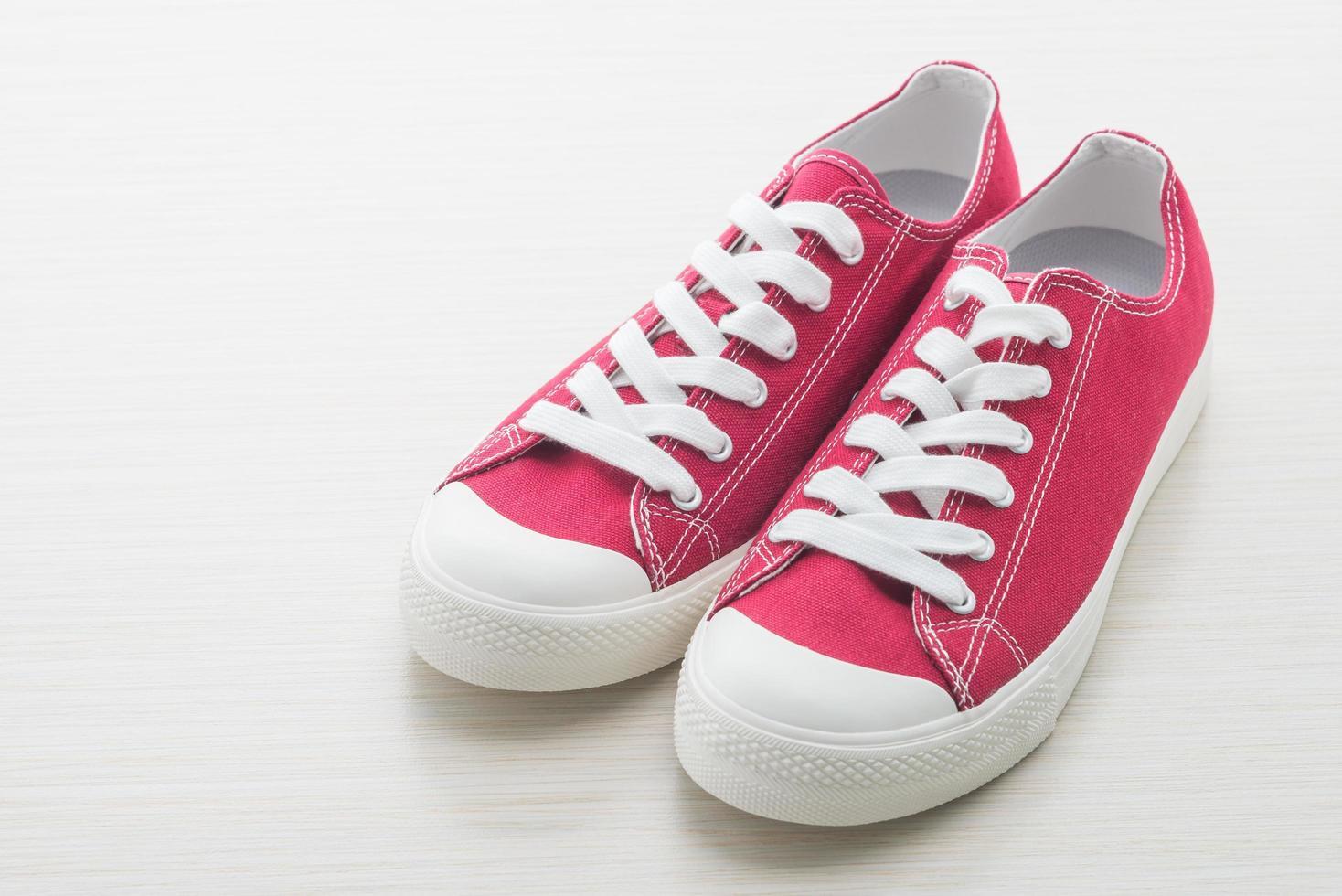 röda skor på vit bakgrund foto